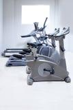 Instrutor transversal elíptico, escada rolante da bicicleta Foto de Stock Royalty Free