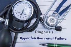 Insuficiência renal Hypertensive do diagnóstico Um estetoscópio, sphygmomanometer com uma mentira do punho na documentação médica imagens de stock