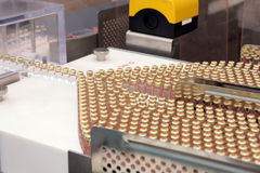 Insulinproduktionslinje Industriell frigörare av insulin i kassetter Insulinkassett för diabetiker Kassett 3 ml av insulin Arkivfoto