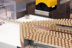 Insulinproduktionslinje Industriell frigörare av insulin i kassetter Insulinkassett för diabetiker Kassett 3 ml av insulin Arkivbild