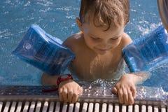 inswimming λίμνη αγοριών Στοκ φωτογραφία με δικαίωμα ελεύθερης χρήσης