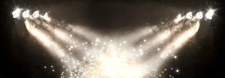 Inszenieren Sie Lichter und Nebel oder nebelhaft in der Dunkelheit lizenzfreie stockbilder