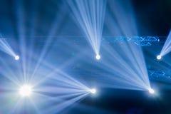 Inszenieren Sie Scheinwerfer mit Laser-Strahlen, helle Show am Konzert Stockbild