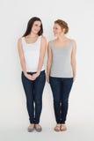 Intégral de deux jeunes amis féminins occasionnels Image stock