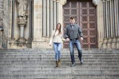 Intégral de jeunes couples abaissant des étapes contre le bâtiment Image libre de droits