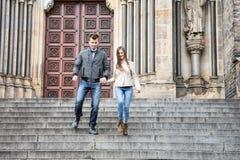 Intégral de jeunes couples abaissant des étapes contre le bâtiment Images libres de droits