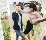 Intégral de jeunes couples d'affaires faisant le top-là sur l'escalier Photos stock