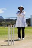 Intégral de l'indicatif d'appel d'annulation de signalisation d'arbitre de cricket pendant le match photographie stock libre de droits