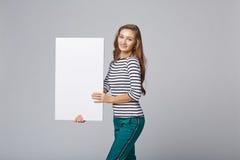 Intégral de la belle femme se tenant derrière, tenant le bl blanc Photos libres de droits