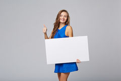 Intégral de la belle femme se tenant derrière, tenant le bl blanc Photographie stock libre de droits