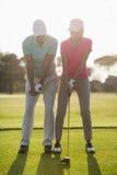 Intégral de la femme de enseignement de golfeur masculin mûr Images stock