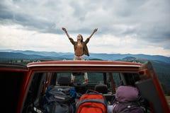Intégral de la jeune femme décontractée appréciant la liberté dehors photographie stock