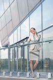 Intégral de la jeune femme d'affaires heureuse à l'aide du téléphone portable au balcon de bureau Image libre de droits