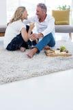 Intégral des ajouter romantiques au vin blanc et à la nourriture à la maison Images stock
