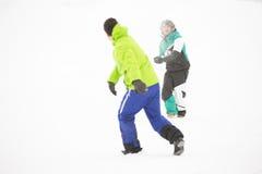 Intégral des amis ayant le combat de boule de neige Photographie stock libre de droits