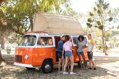 Intégral des amis en le camping-car Image libre de droits