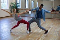 Intégral des danseurs préparant contre le miroir sur le plancher en bois Image libre de droits