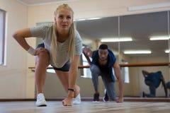 Intégral des danseurs pratiquant contre le miroir Image stock