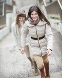 Intégral des escaliers s'élevants de belle femme avec l'ami dehors Photographie stock libre de droits