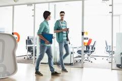 Intégral des hommes d'affaires marchant à l'espace de travail créatif Photos libres de droits