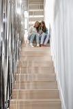Intégral des soeurs écoutant la musique sur l'escalier Image stock