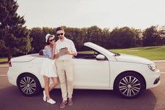 Intégral du conducteur et de son chic, passant en revue sur le pda, utilisant 3g, 5 Photos stock