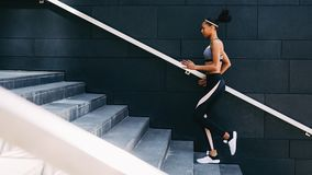 Intégral du jeune exercice femelle dans une ville photos stock