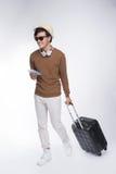 Intégral du jeune homme asiatique de touristes tenant le passeport avec Sui Image stock