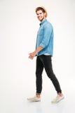 Intégral du jeune homme gai marchant et souriant Photo libre de droits
