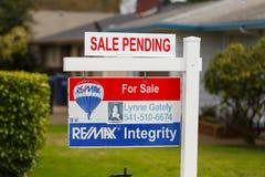 Intégrité de ReMax à vendre le signe en suspens Photos stock