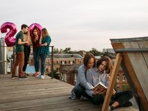 Intérêts de mode de vie de livre de lecture différents raillés photographie stock