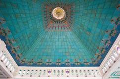 Intérieur à haut plafond de mosquée musulmane Photographie stock libre de droits