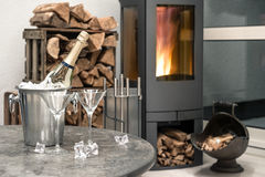 Intérieur à la maison, champagne, deux verres, cheminée Photos libres de droits