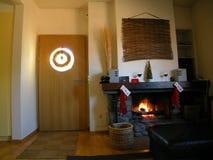 Intérieur à la maison confortable avec l'incendie   Photos libres de droits