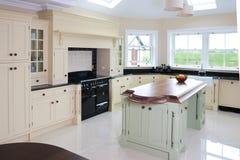 Intérieur à la maison de cuisine avec la belle conception d'île image libre de droits