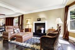 Intérieur à la maison de luxe avec la cheminée, les chaises antiques et le divan en cuir Photo libre de droits