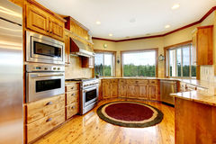 Intérieur à la maison de luxe en bois de cuisine. Maison neuve d'Américain de ferme. Photos stock