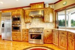 Intérieur à la maison de luxe en bois de cuisine. Maison neuve d'Américain de ferme. Images stock