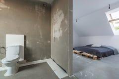 Intérieur à la maison spacieux pendant la rénovation photographie stock