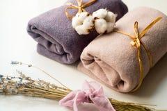 Intérieur à la maison, tailleur cousant, concept diy Tas des tissus colorés de tissu Vêtements de toile de coton de couleur Photos stock