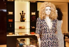 Intérieur à la mode de boutique dans le mail moderne Photo libre de droits
