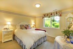 Intérieur élégant de chambre à coucher avec la literie blanche et les murs beiges image stock