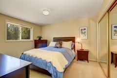 Intérieur élégant de chambre à coucher avec le lit bleu photographie stock libre de droits