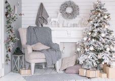 Intérieur élégant de Noël décoré dans des couleurs grises photos libres de droits