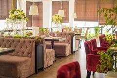 Intérieur élégant de restaurant moderne Image stock