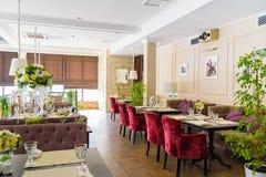 Intérieur élégant de restaurant moderne Images stock