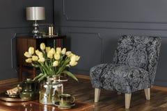 Intérieur élégant de salon avec le fauteuil modelé contre le bla photo stock