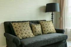 Intérieur élégant de salon avec les oreillers d'or de modèle Image libre de droits