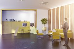 Intérieur élégant jaune de bureau, homme d'affaires Photographie stock libre de droits