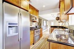 Intérieur étroit de pièce de cuisine avec des Cabinets et des appareils d'acier Image stock